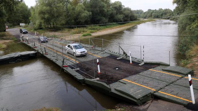 A hídfelújítás alatt pontonhíddal biztosítják az átkelést a Sajón Kesznyétennél