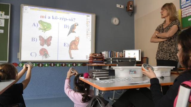 Digitális iskola program - Délután tanulni tanítják a gyengébbeket