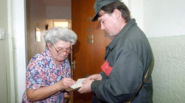 Elkezdte a posta a nyugdíjprémiumok kézbesítését