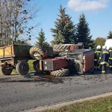 Felborult egy traktor, miután furgonnal ütközött