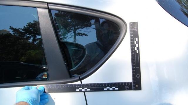 Ököllel ütötte a kocsi ablakát a dühöngő motoros