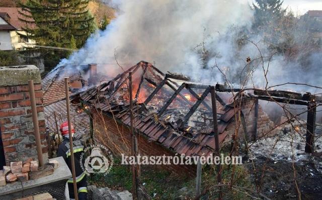 Teljesen kiégett és lakhatatlanná vált egy ház