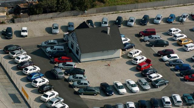 Több mint 1 milliárd forint autókereskedelmi csalást leplezett le a NAV