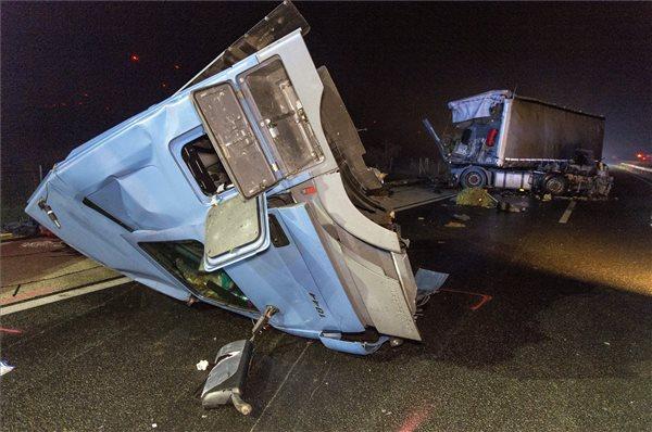 Kamionnal ütközött és árokba borult egy busz az M1-esen