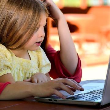 Támogatja a karrier és a gyermekvállalás összeegyeztetését a kormány