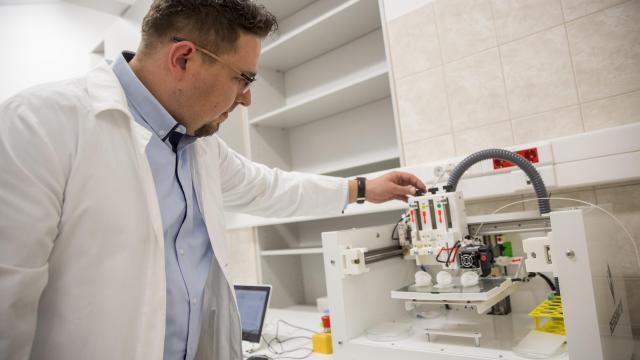 Sejtterápiás kutatólaboratóriumot alakítottak ki a Szegedi Tudományegyetemen