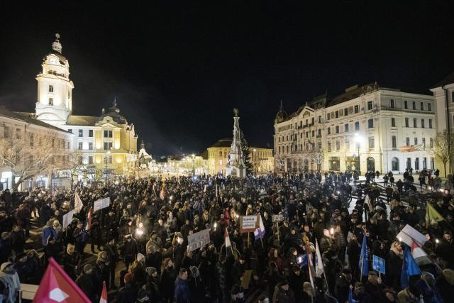 A munka törvénykönyvének módosítása ellen tüntettek Pécsen és Szombathelyen