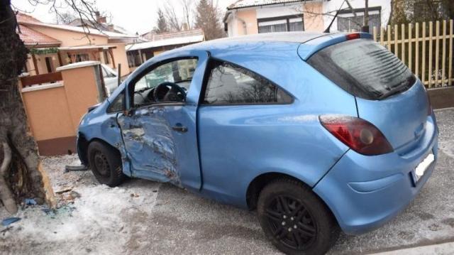 Fának, majd kerítésnek ütközött egy nő autójával Dorogon