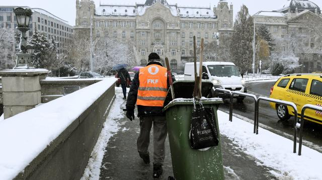 KFK: a főutak már tiszták, a mellékutcák még havasak, csúsznak