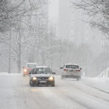 Lassú a közlekedés a havas utak miatt országszerte