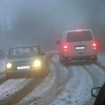 Sokfelé köd és eső is nehezíti a közlekedést