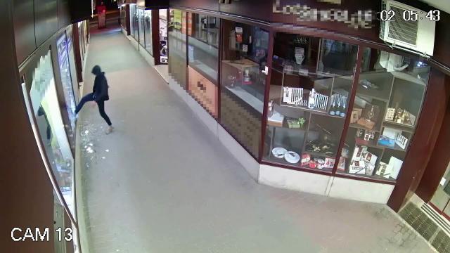 Betörte a kirakatot és elfutott négy lopott mobillal - VIDEÓ