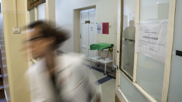 Egyre több egészségügyi intézmény rendel el látogatási tilalmat