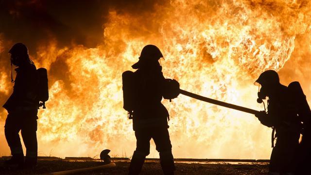 Huszonöt autó égett ki egy tárolóépületben Kaposváron