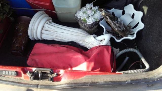 Lopott dolog az autóban és a kocsi tetején