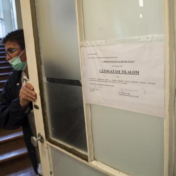 Még több kórházban rendeltek el látogatási tilalmat