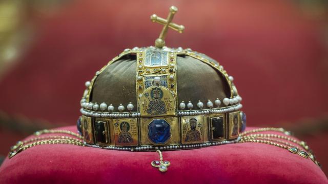 Megjelent a Szent Korona útját bemutató kötet