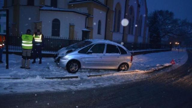 Betonkerítésnek csapódott egy autós Dunakilitin