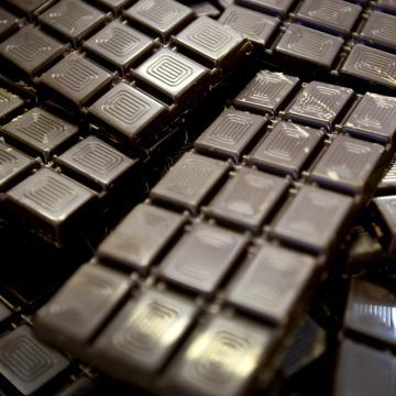 Csokoládéból öntenek csempét a pécsi Zsolna-gyárban