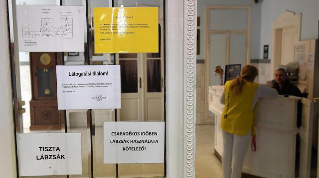 Újabb kórházakban rendeltek el látogatási tilalmat