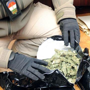 Autó ülésébe tömött marihuánát találtak Röszként