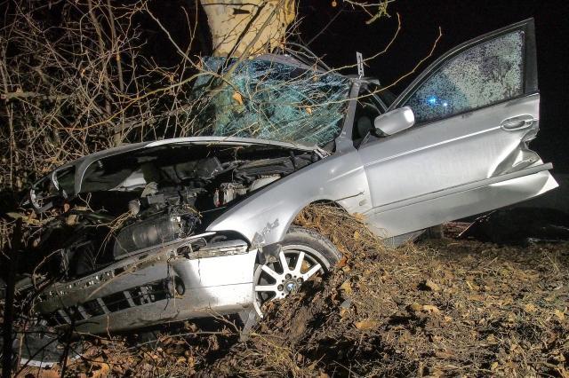 Autóbalesetben meghalt egy ember Izsáknál