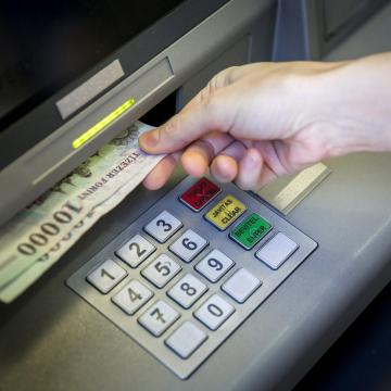 Már utalják az első emelt minimálbéres fizetéseket