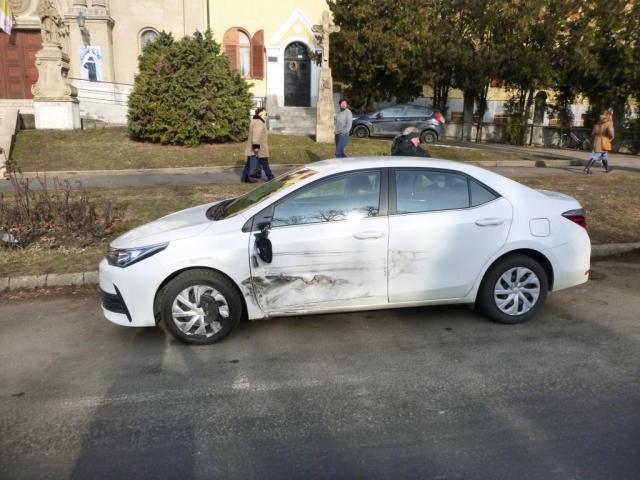 Parkoló autókba hajtott egy kocsi Keszthelyen