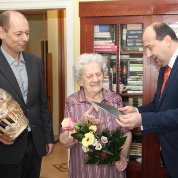 A 90 éves Gizike nénit köszöntötte Komárom