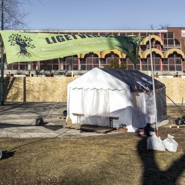 Első fokon pénzbüntetést kapott a Ligetvédő csoport sátrába belerúgó rendőr