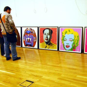 Megnyitották Békéscsabán az Andy Warhol kiállítást