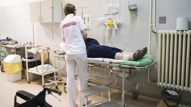 Megszúrta, majd kórházba vitte