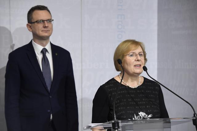 Rétvári: nem csökken a nyugdíjak értéke, amíg polgári kormány van