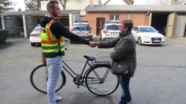A rendőrök visszaadták gazdájának az ellopott biciklit