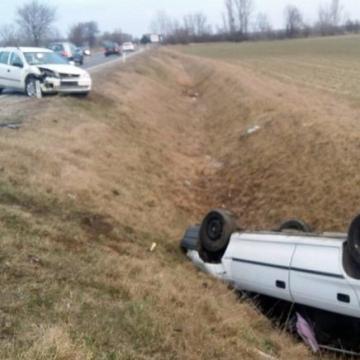 Két autó ütközött, az egyik felborult a 85-ösön