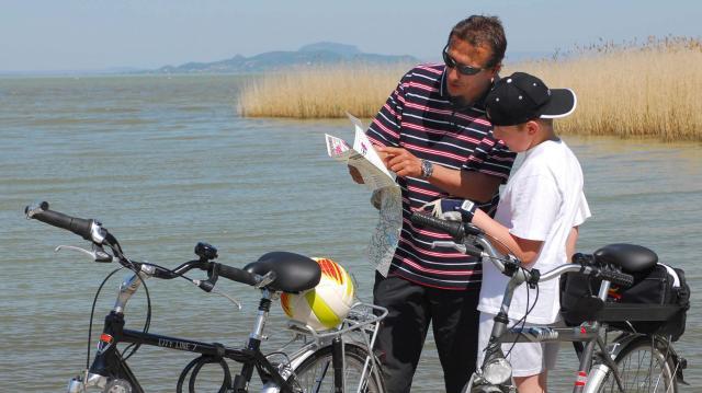 Több mint 1 milliárd forintból fejlesztik a balatoni kerékpáros turizmust