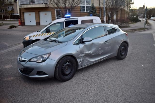 Két kocsi ütközött a Póda úton