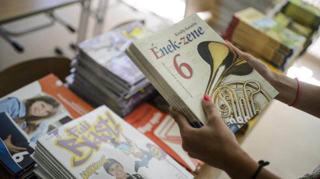 Minden tanuló ingyen kap 2020-tól tankönyvet