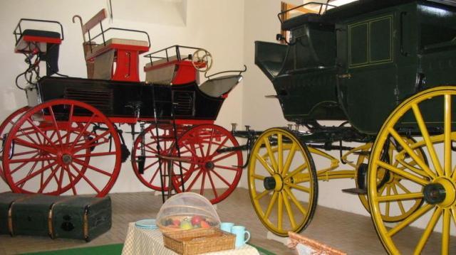 Modern postakocsis kirándulásokat szervez a Helikon Kastélymúzeum