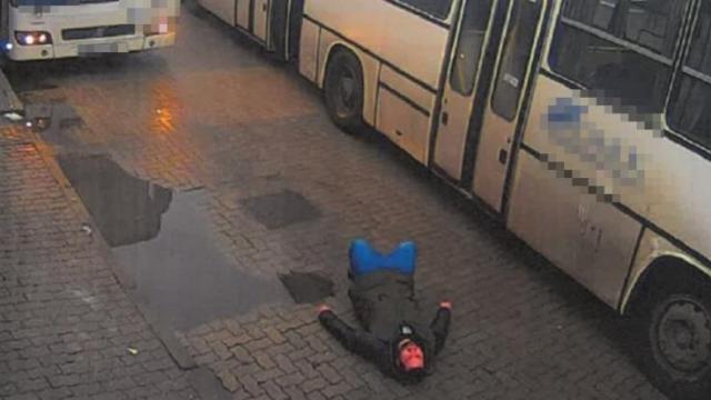 Átment a lábán a busz, keresik a gyalogost