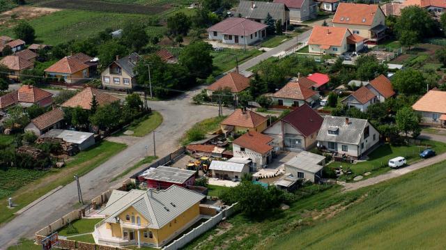 Az ingatlanárak robbanását fogja vissza a falusi csok egy feltétele
