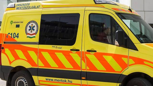 Villanyoszlopnak és autónak csapódott egy kocsi Nicken