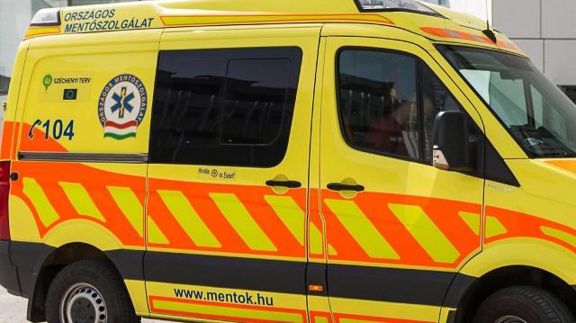 Fegyőr védett meg mentősöket egy késes támadótól