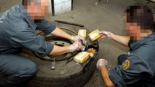 Pótkerékben találtak elrejtett kábítószert a pénzügyőrök