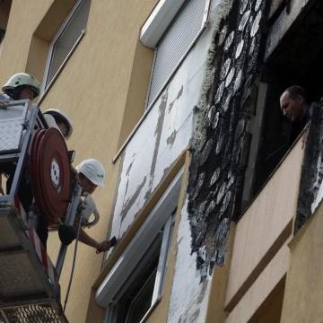 Tűz ütött ki egy tízemeletes szegedi társasház erkélyén, hét ember kórházba vittek