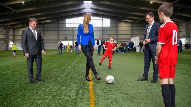 Átadták a fedett műfüves labdarúgópályát Debrecenben