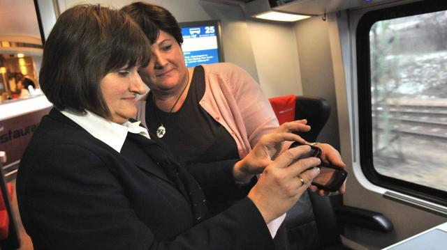 Az elektronikus jegyváltással milliókat takarítanak meg a vonaton utazók