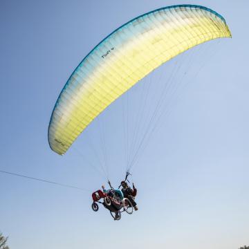 Mozgássérültek tandem siklóernyőztek Kalocsán