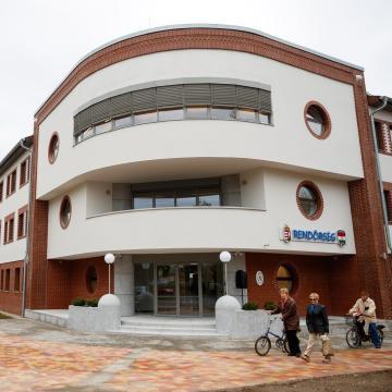 A belügyminiszter adta át a Karcagi Rendőrkapitányság új épületét