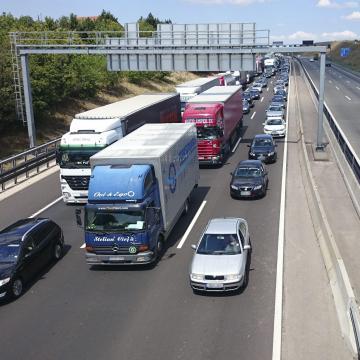 Kamionbaleset miatt torlódik a forgalom az M1-esen Győrnél Budapest felé